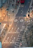 De rode bussen van Londen bij de Stad van de weg van Londen Mening neer van het bureaublok Stock Afbeeldingen