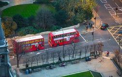 De rode bussen van Londen bij de Stad van de weg van Londen Mening neer van het bureaublok Royalty-vrije Stock Afbeeldingen
