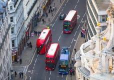 De rode bussen van Londen bij de Stad van de weg van Londen Mening neer van het bureaublok Royalty-vrije Stock Fotografie