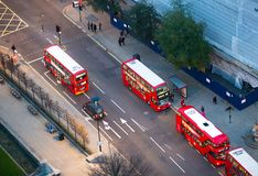 De rode bussen van Londen bij de Stad van de weg van Londen Mening neer van het bureaublok Stock Fotografie
