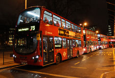 De rode bussen van Londen buiten Euston-station. Royalty-vrije Stock Fotografie