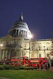 De rode bussen van Londen buiten St Paul ` s Kathedraal royalty-vrije stock afbeeldingen