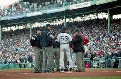 De rode bussen van Sox en van Yankees komen bij homeplate samen vóór Spel 3 van 2003 ALCS Stock Foto's