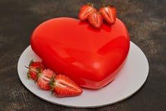 De rode cake van de glansmousse, de vorm van de hartvorm op donkere achtergrond Royalty-vrije Stock Afbeelding
