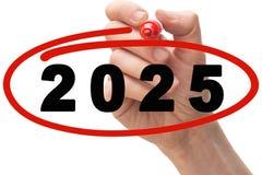 De rode cirkel van de markeerstifttekening rond jaar 2025 stock afbeeldingen