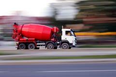 De rode concrete mixer van het onduidelijke beeld Stock Fotografie