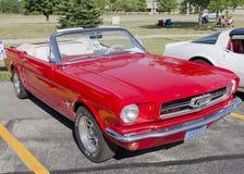 De rode Convertibele Mustang van de Doorwaadbare plaats Stock Afbeelding