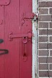 De rode deur van Padlocked royalty-vrije stock fotografie
