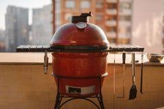 De rode die grill van de ketelbarbecue met deksel wordt gesloten en wordt behandeld en equipp royalty-vrije stock fotografie