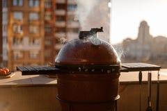 De rode die grill van de ketelbarbecue met deksel wordt gesloten en wordt behandeld en equipp stock afbeelding