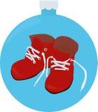 De rode die laarzen van het Kerstmisbeeldverhaal op blauwe Kerstmis-boom bal worden geïsoleerd Stock Foto