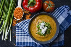 De rode die soep van de linzeroom met verse groenten en greens wordt verfraaid Veggie Concept Juiste voeding Mening van hierboven royalty-vrije stock afbeeldingen