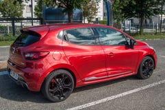 De rode die sport van Renault Clio RS in de straat wordt geparkeerd Stock Fotografie