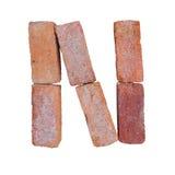 De rode doopvont van het baksteenalfabet op witte die achtergrond met het knippen van weg wordt geïsoleerd Stock Afbeelding