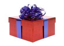De rode doos van de Kerstmisgift met blauwe die lintboog op witte achtergrond wordt geïsoleerd Stock Foto