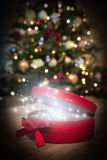 De rode doos van de Kerstmisgift met magisch Royalty-vrije Stock Foto