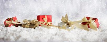 De rode dozen van de Kerstmisgift op achtergrond van Kerstmis de sneeuwbokeh Royalty-vrije Stock Foto