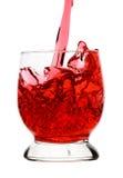 De rode drank (wijn) wordt gegoten in glas Stock Foto's