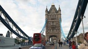 De rode dubbele dekbussen geven de Torenbrug door stock video
