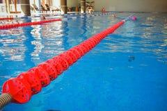 De rode duidelijke steeg voor het voorbereiden van het zwemmen competities Overlappingspool met duidelijke stegen Leeg zwembad zo stock fotografie