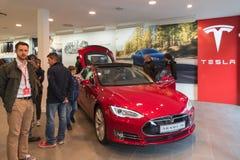 De rode elektrische auto van Tesla in de bevorderingstoonzaal Nuremberg, Duitsland - Maart 26 2016 Royalty-vrije Stock Afbeeldingen