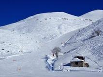 De rode en blauwe looppas van Pistecaudano, Prato Nevoso, Provincie van Cuneo, Italië stock fotografie