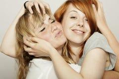De rode en blonde haired meisjes verfomfaaien haar stock afbeeldingen