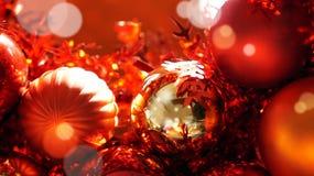 De rode en gouden achtergrond van Kerstmisornamenten Royalty-vrije Stock Afbeeldingen