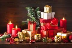 De de rode en gouden doos van de Kerstmisgift en kaars van de decoratielantaarn Royalty-vrije Stock Afbeelding
