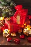 De de rode en gouden doos van de Kerstmisgift en kaars van de decoratielantaarn Stock Afbeeldingen