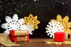 De rode en gouden dozen van de Kerstmisgift met sneeuwvlokken op zwarte backg Stock Afbeeldingen