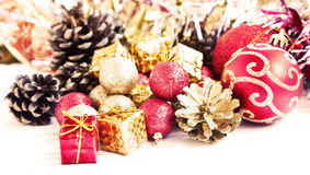 De rode en Gouden Kerstmisgiften en schitteren Bollendecoratie Stock Afbeeldingen