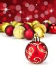 De rode en gouden snuisterijen van Kerstmis Stock Afbeelding