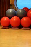 De rode en Grijze Ballen van de Yoga stock fotografie