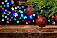 De rode en groene als thema gehade Kerstmisachtergrond op een mahonie met gekleurde texturen en exemplaarruimte voor uw vakantie  stock afbeelding