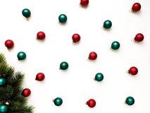 De rode en groene Kerstmisdecoratie in de vorm van ballen neigen om takjes op te dirken stock fotografie