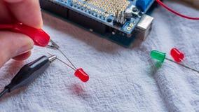 De rode en groene LEIDENE lichten die in gebruik als deel van microcontroller worden getoond bouwen stock foto