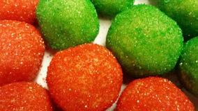 De rode en groene suiker met een laag bedekte ballen van het koekjesdeeg Stock Foto