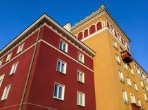De rode en oranje gebouwen bouwden de architecturale stijl van Sorela in Havirov in Stock Fotografie