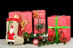 De rode en witte dozen van de Kerstmisgift Stock Afbeeldingen