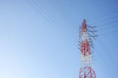 De rode en witte getelegrafeerde Elektrische post van kabeltelecommunicatie met blauwe hemelachtergrond, technologieconcept Royalty-vrije Stock Afbeelding