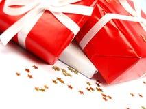 De rode en witte giften van Kerstmis op witte achtergrond Stock Foto
