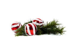 De rode en witte snuisterijen van Kerstmis met pijnboomzemelen Royalty-vrije Stock Afbeeldingen
