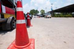 De rode en witte waarschuwing behekst barri?re toepassend uitsluitingsstreek op de weg, hoedenverkeer royalty-vrije illustratie