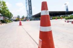 De rode en witte waarschuwing behekst barri?re toepassend uitsluitingsstreek op de weg, hoedenverkeer vector illustratie
