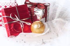 De rode en zilveren giften van Kerstmis Royalty-vrije Stock Fotografie