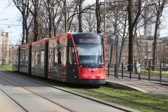 De rode en zwarte gekleurde auto van de de tramstraat van Avenio Siemens in Den Haag Den Haag in Nederland royalty-vrije stock foto
