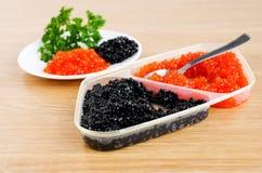 De rode en zwarte kaviaar is in een dienende plaat Royalty-vrije Stock Foto's