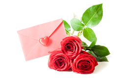 De rode envelop en rood nam toe stock afbeeldingen