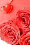 De rode envelop en rood nam toe royalty-vrije stock fotografie
